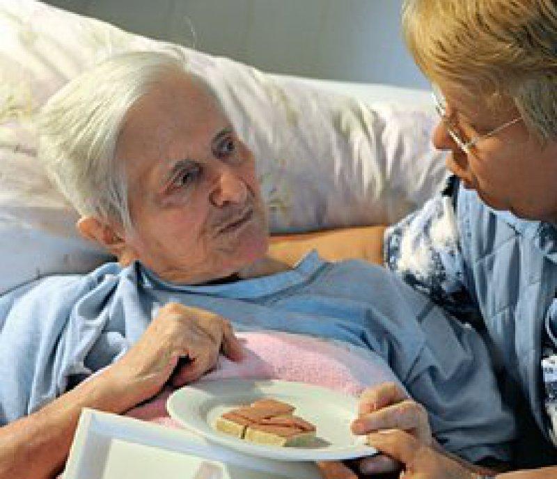 Sich um pflegebedürftige Angehörige zu kümmern, ist vielen eine Herzensangelegenheit. Foto: dpa