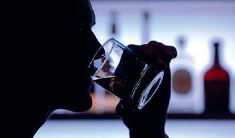 Regelmäßiger Alkoholkonsum kann in die Abhängigkeit führen. Foto: dpa