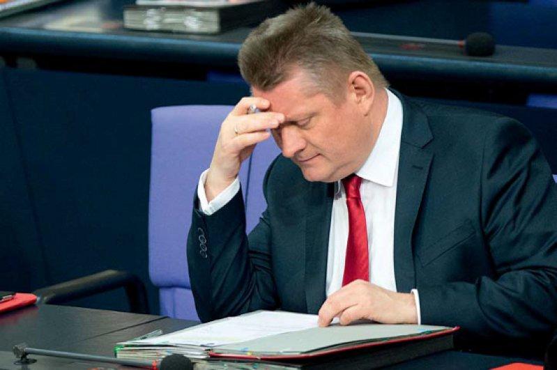 """Das Einarbeiten hat begonnen: """"Ein ordentlicher Jurist zu sein, schadet sicher nicht in diesem Amt"""", urteilte Hermann Gröhe in einem Interview. Foto: dpa"""