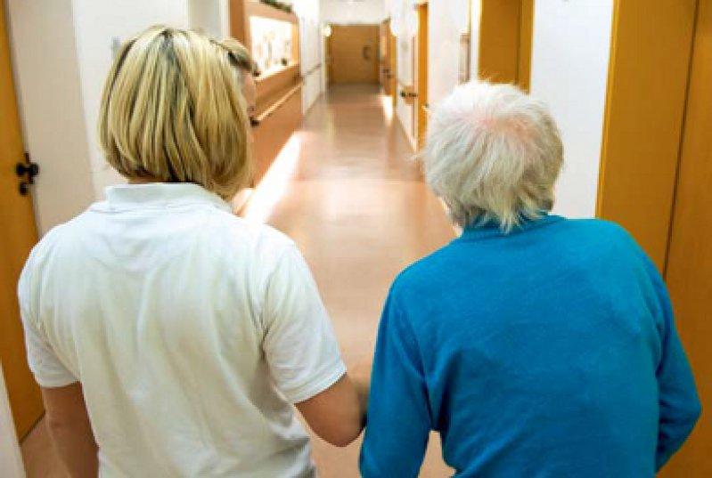 Der neue Ratgeber soll Pflegern zu einer besseren Verständigung mit Demenzkranken verhelfen. Foto: dpa