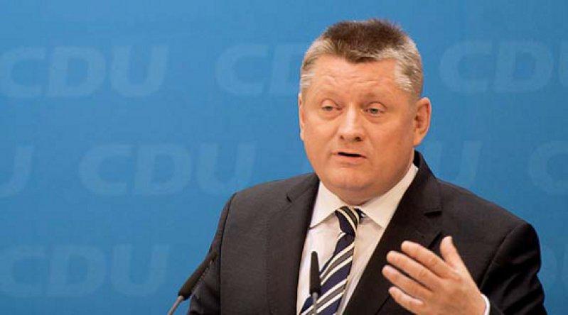 """Bundesgesundheitsminister Gröhe will, dass es die """"Pille danach"""" weiterhin nur auf Rezept gibt. Foto: dpa"""