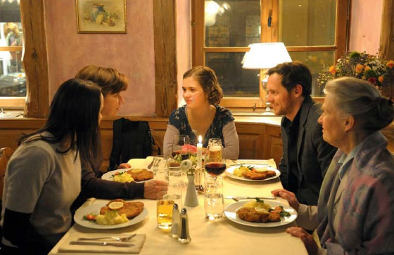 Ein letztes Schnitzel: Lea (Bildmitte) mit Familie und Exfreund am Vorabend ihres Todes. Fotos: Universumfilm