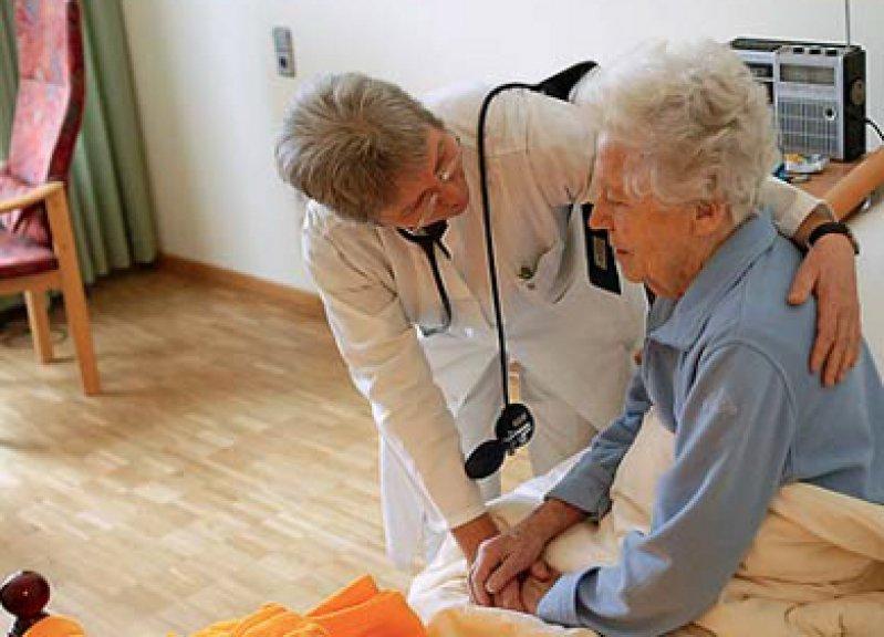 """Landgraf auf Hausbesuch im Pflegeheim: """"Die Heimvisiten sind durch dieses Informationssystem sehr effektiv, und mir bleibt einfach auch mehr Zeit für die Patienten."""""""