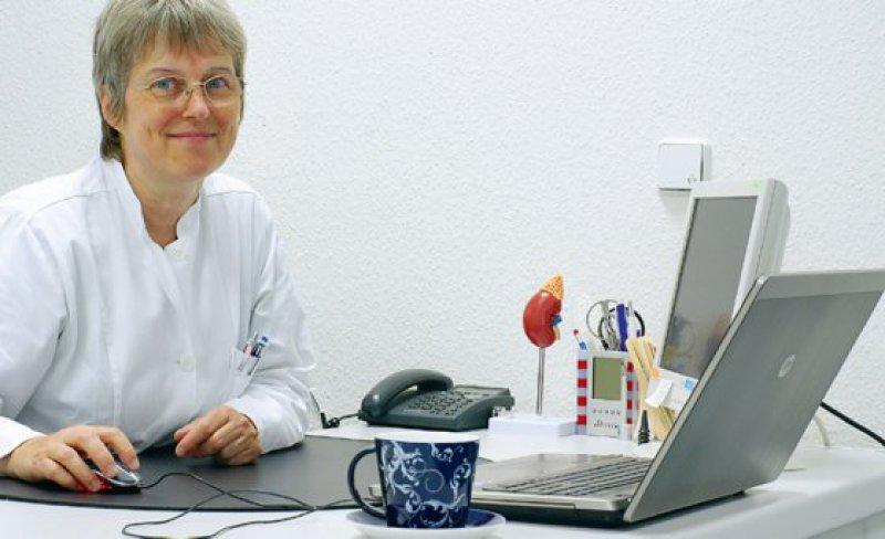 """Hausärztin Irmgard Landgraf am Laptop in ihrer Praxis. """"Ich habe mit dieser Vernetzung ein extrem gut funktionierendes Frühwarnsystem."""" Fotos: Landgraf"""