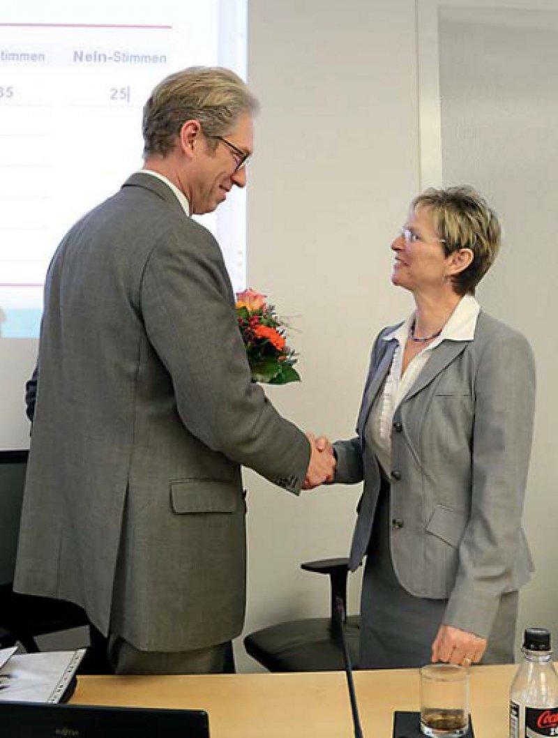 Bitte recht freundlich! Regina Feldmann gratuliert Andreas Gassen