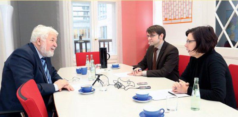 Rainer Richter (links) im Gespräch mit den Redakteuren Falk Osterloh und Petra Bühring