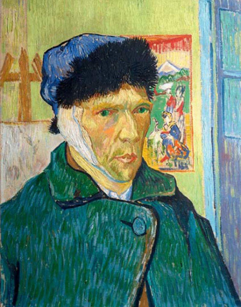 Vincent van Gogh: Selbstporträt mit verbundenem Ohr, 1889, Öl auf Leinwand, 60 × 49 cm: Der Verband über dem rechten Ohr weist auf die frische Verletzung hin, van Goghs durchdringende Augen blicken stoisch, schicksalsergeben ins Leere. So porträtierte sich der Künstler in seinem Atelier kurz nach seiner Selbstverstümmelung, nachdem er gerade aus dem Krankenhaus entlassen worden war. © Samuel Courtauld Trust, The Courtauld Gallery, London