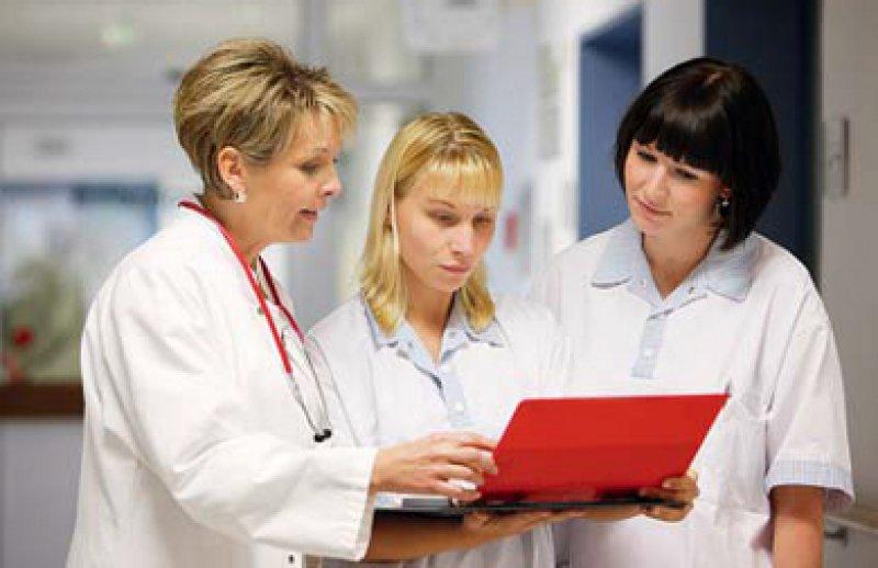 Die Medizin wird weiblich: Der Frauenanteil unter den Ärzten steigt. Foto: mauritius images