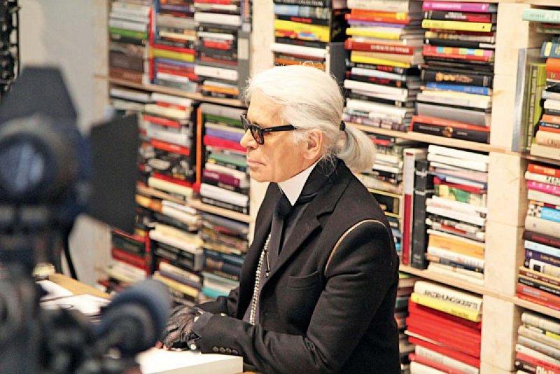 Karl Lagerfeld in seinem Pariser Arbeitszimmer, das für die Ausstellung im Mu seum Folkwang nachgebaut wurde. Foto: Helmut Jaeschke