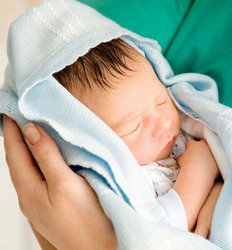 Teure Geburtshilfe: Hebammen, aber auch Belegärzte und geburtshilfliche Abteilungen klagen über steigende Haftpflichtprämien. Foto: mauritius images