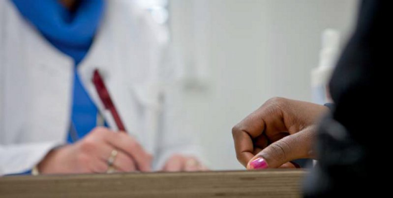 Wohin im Krankheitsfall? Auch Menschen ohne Aufenthaltserlaubnis haben ein Recht auf medizinische Versorgung. Organisationen wie das Medibüro in Berlin setzen sich dafür politisch ein. Foto: dpa