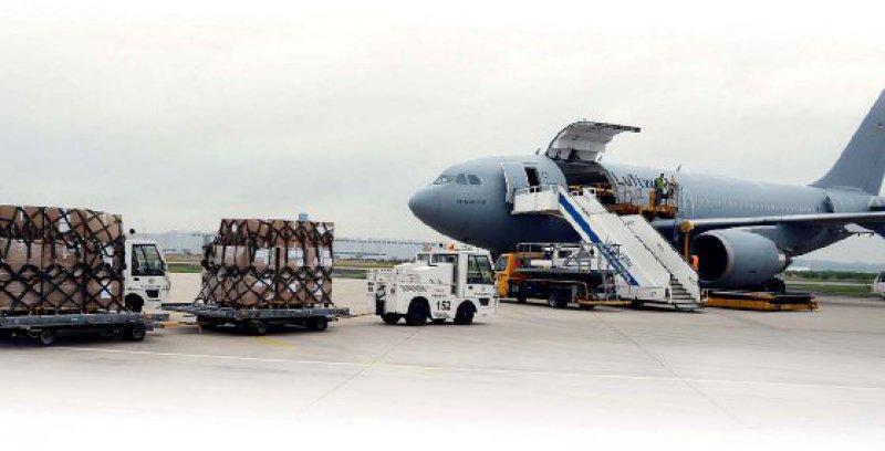 Hilfstransport: Ende September lädt die Bundeswehr am Flughafen Köln/Bonn medizinisches Material in ein Transportflugzeug. Ziel: die senegalesische Hauptstadt Dakar. Foto: dpa