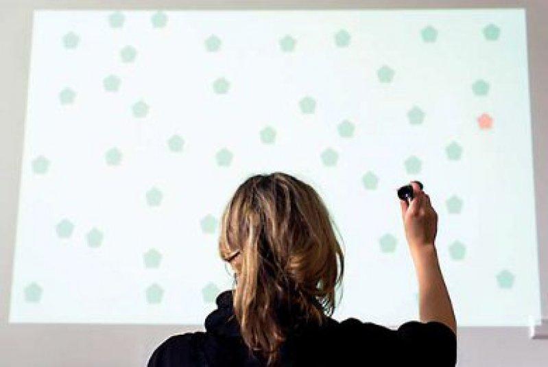 Die Patientin muss in einer grünen Punktewolke einen roten Punkt aufspüren. Diese Übung kann sie auch zu Hause am Computer absolvieren. Foto: Oliver Dietze