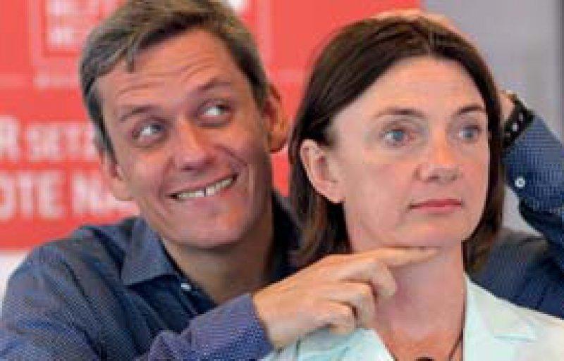 Clown Andreas Bentrup fasst seiner Kollegin Astrid Hauke an den Kopf und richtet ihn wie eine imaginäre Kamera aus.