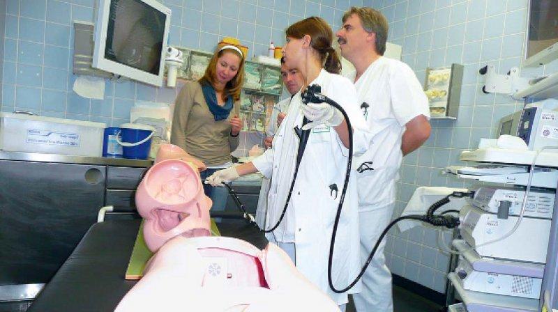 Üben am Dummy: Parallel zur Arbeit am Krankenbett können die Weiterzubildenden in Kursen ihre praktischen Fähigkeiten vertiefen. Foto: Petra Spielberg