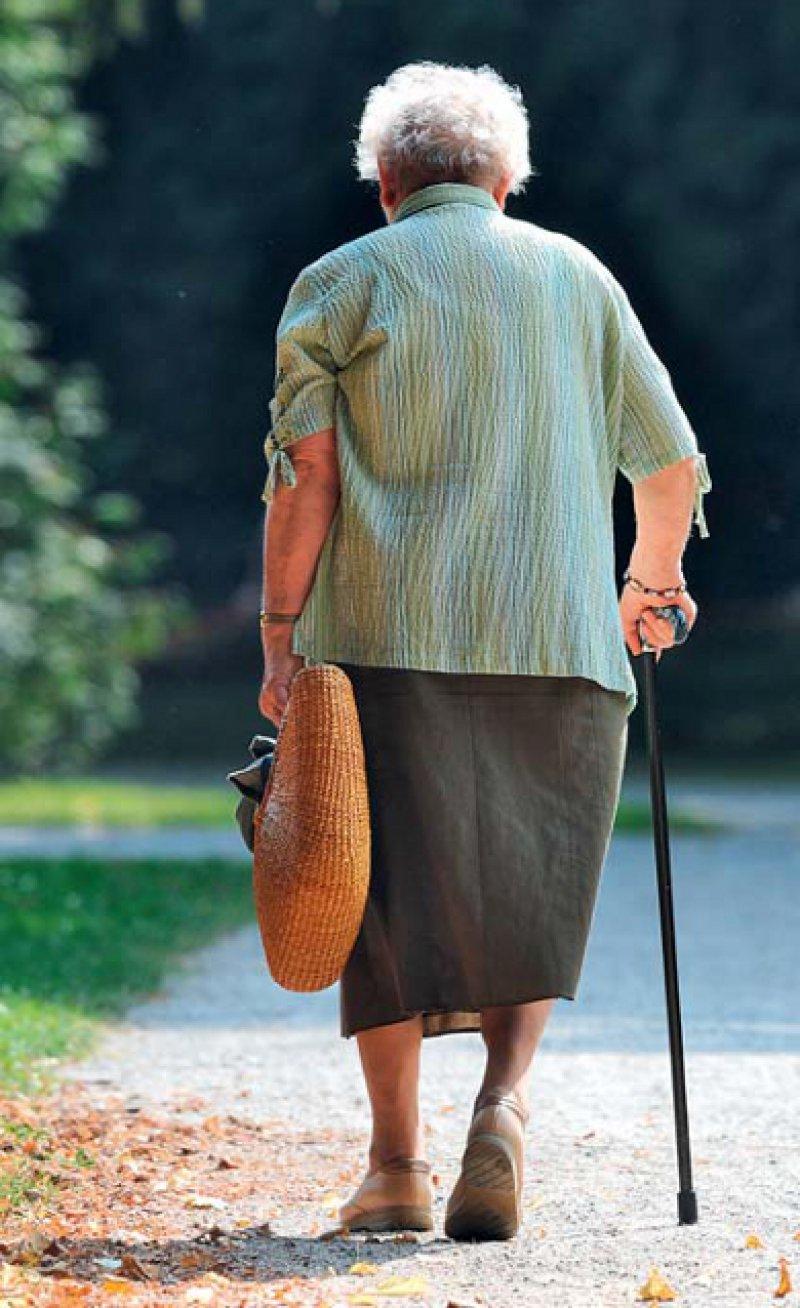Typische Merkmale des Gangs in höherem Alter sind: kürzere Schrittlänge, geringeres Abrollen des Fußes, vorgebeugter Rumpf. Foto: dpa