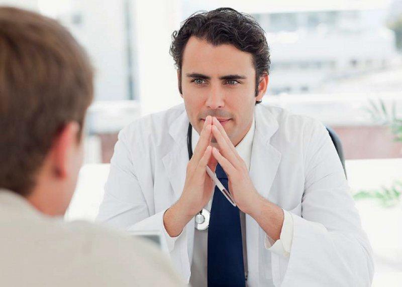 Aufmerksamer Zuhörer: Bei Patientengesprächen ist es wichtig, sich in den Patienten hineinzuversetzen und seine Ängste, Hoffnungen und Befürchtungen zu verstehen. Fotos: mauritius images/Fotolia RA Studio