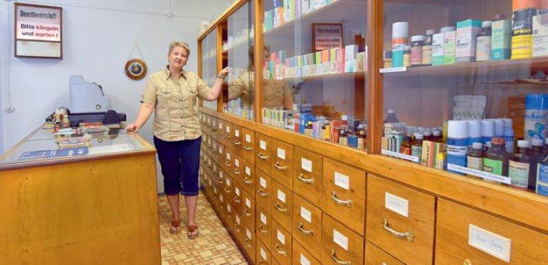 Das kleine Brandenburgische Apothekenmuseum in Cottbus ist stolz darauf, die rund 750 Medikamente in einer originalen Apotheken- Inneneinrichtung aus DDR-Zeiten zu präsentieren.