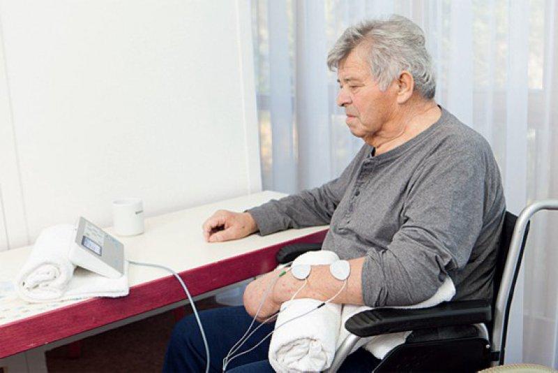Bei der Therapie werden Elektroden zur Messung des EMG-Werts und zur Stimulation auf die Haut über dem gelähmten Muskel angebracht. Fotos: TQ-Systems