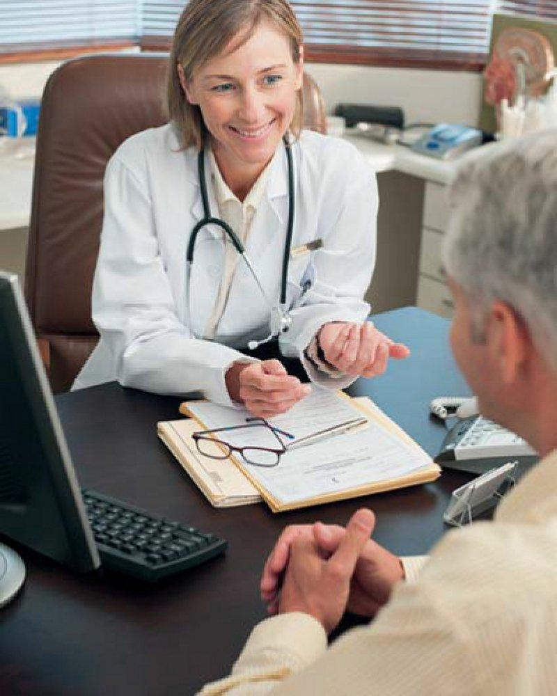 Empathie trotz Routine: Die Minuten des Gesprächs mit dem Arzt sind für den Patienten oft das Wichtigste beim Arztbesuch. Foto: mauritius images