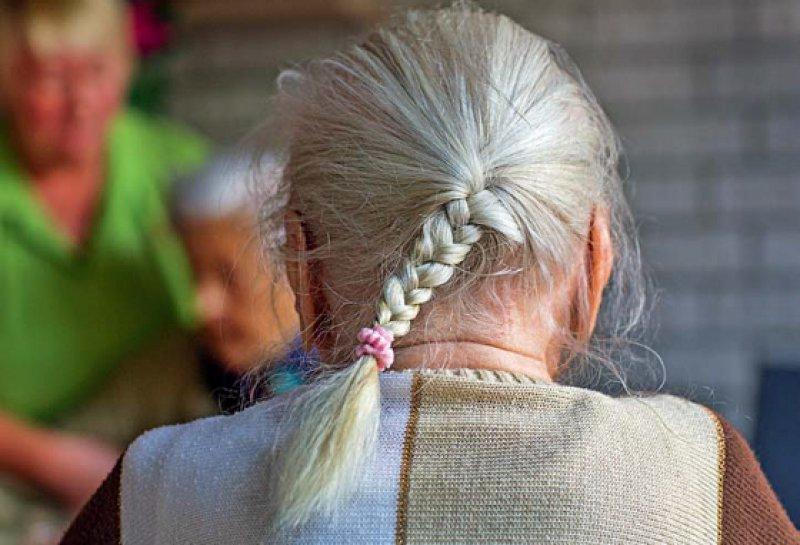 """Krankenhausreform: Diskutiert wird auch der Einsatz von """"Demenzbegleitern"""" im Krankenhaus. Foto: dpa"""