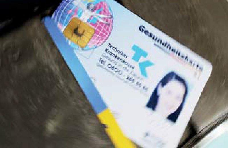 Mit Foto und Speicherchip: Die eGK verletzt nicht das informationelle Selbstbestimmungsrecht des Versicherten. Foto: dpa