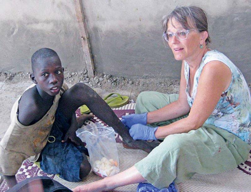 Wunden desinfizieren und verbinden: Maritta Sallinger-Nolte bei ihrer täglichen Arbeit – 800 000 Kinder leben im Senegal auf der Straße. Fotos: Sallinger-Nolte