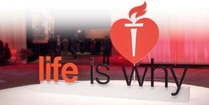 """Den Eingang des Hauptsaals vom AHA-Kongress schmückte das Logo der Kampagne """"life is why"""", die multimedial die Bevölkerung auf eine gesündere Lebensweise hinweisen möchte. Gestartet wurde sie im Sommer mit einer Videoankündigung auf dem Time Square in New York City. Foto: AHA"""