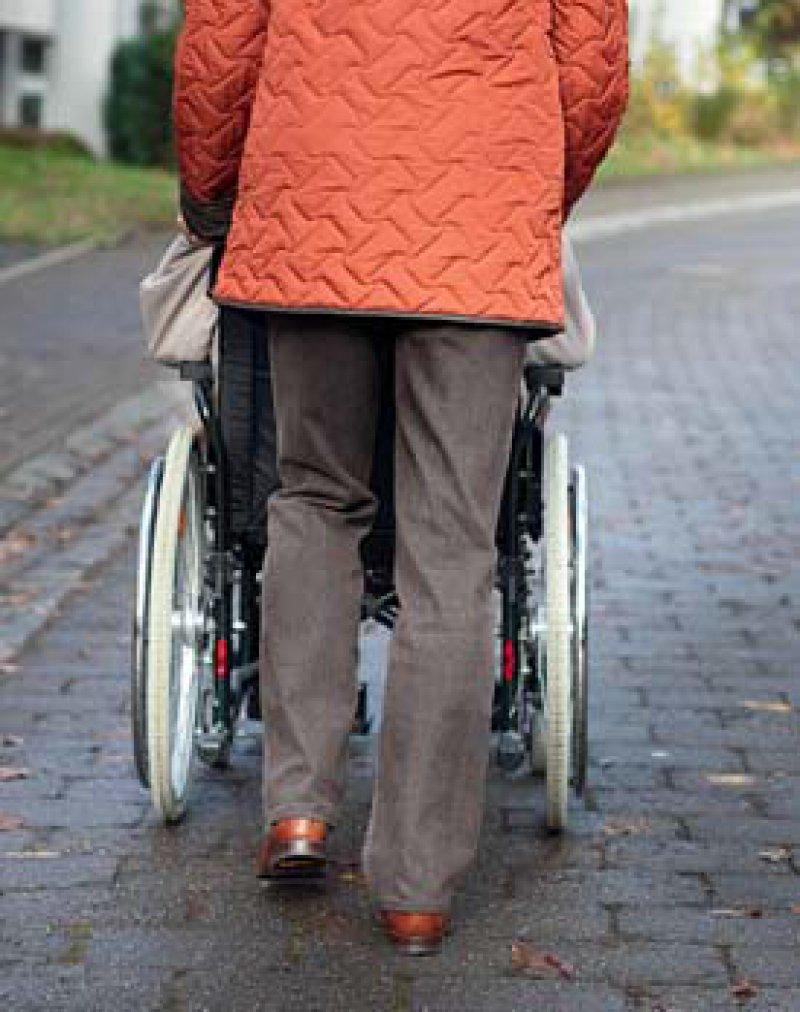Angehörige pflegen: Von den unter 30-Jährigen können sich das nur 16 Prozent vorstellen. Foto: photothek