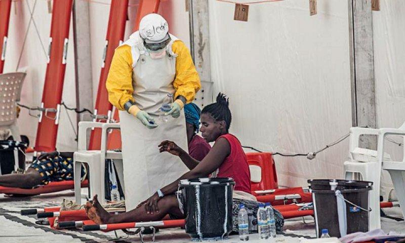 Ebola-Hotspot Monrovia: Ärzte ohne Grenzen musste am Höhepunkt der Epidemie Patienten abweisen, weil die Kapazitäten nicht mehr ausreichten. Inzwischen ist die Zahl der Infizierten in Westafrika auf 33 gesunken (Stand: 23. April). Foto: laif