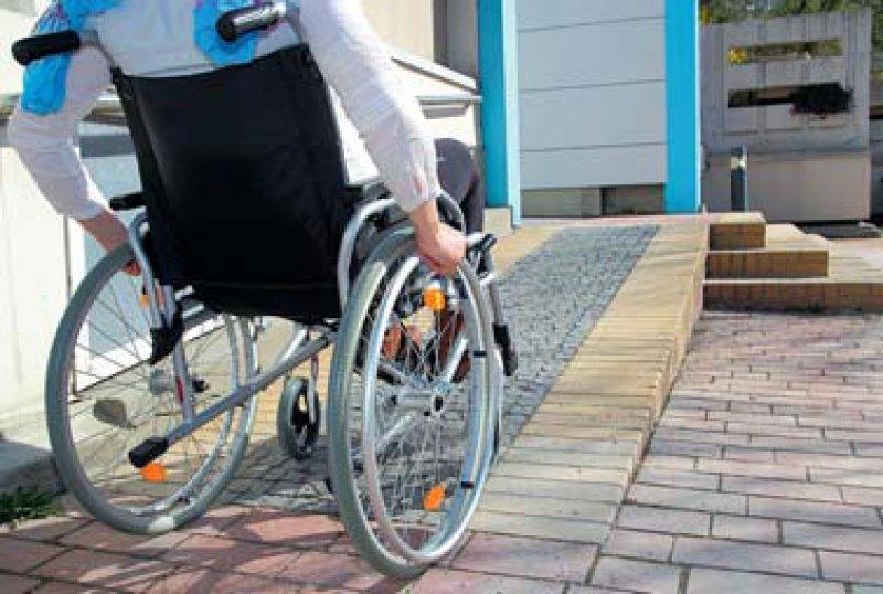 Behindertengerecht: Eine Broschüre der KBV informiert darüber, wie Arztpraxen Barrieren abbauen können. Foto: Fotolia/RioPatuca Images