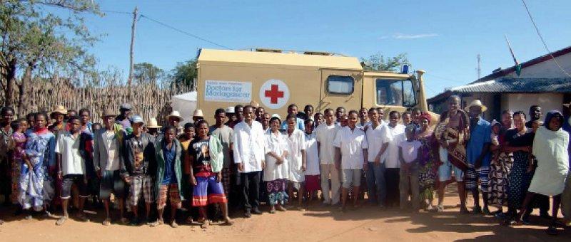 Personal und Patienten freuen sich über den gespendeten Unimog, einen allradgetriebenen Kleinlaster. Fotos: Ärzte für Madagaskar e.V.
