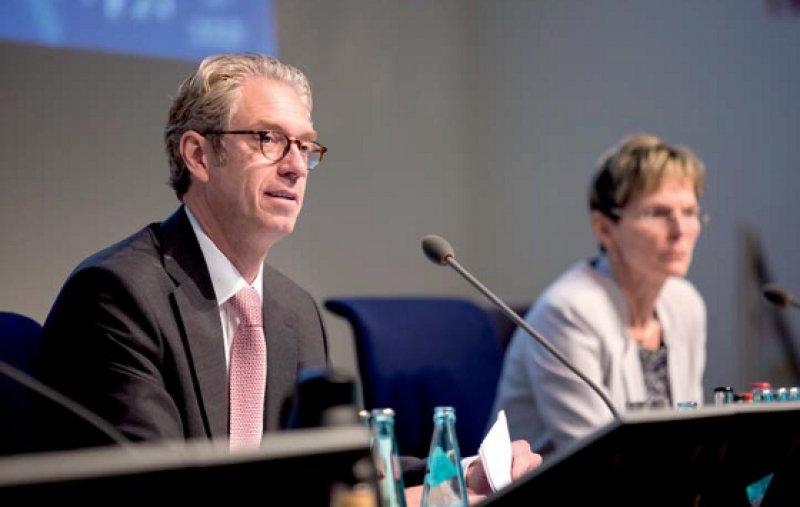 Unter Druck: Andreas Gassen und Regina Feldmann mussten sich viele Fragen aus der Vertreterversammlung gefallen lassen. Fotos: Lajos Jardai