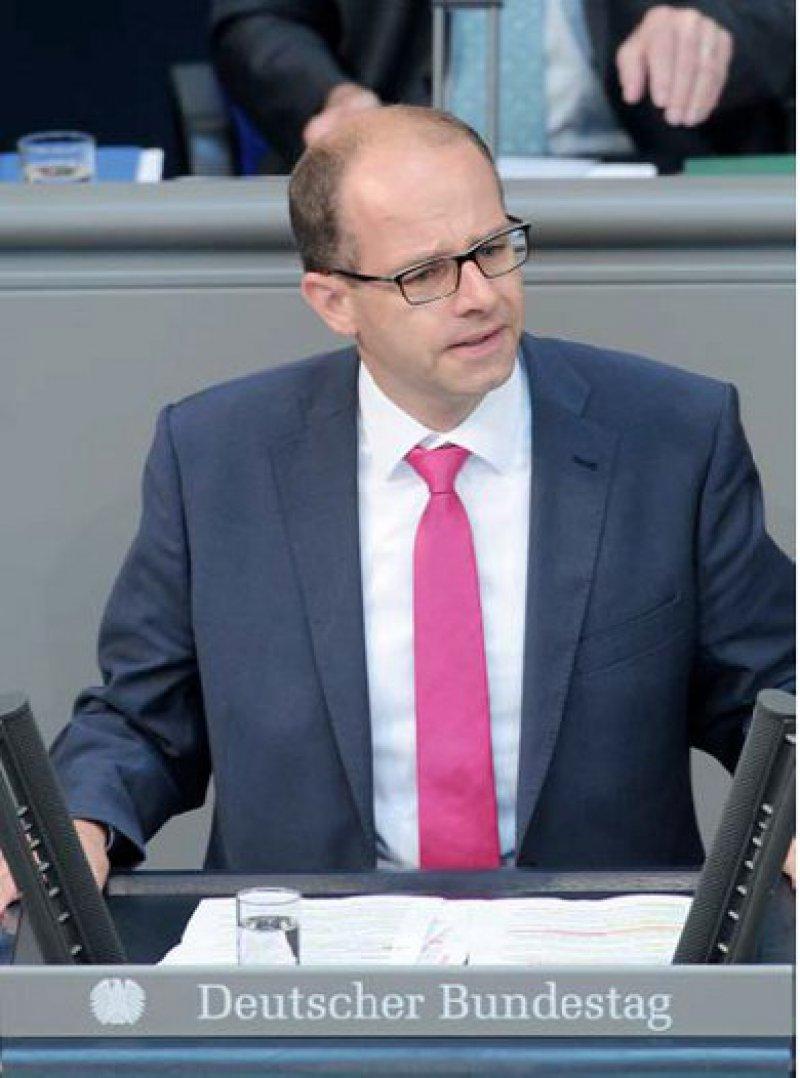 """Als den """"Weg der Mitte"""" bezeichnet er den interfraktionellen Gesetzentwurf seiner Gruppe: Michael Brand (CDU). Unterstützt wird er mittlerweile von mehr als 200 Parlamentariern. Foto: Deutscher Bundestag Achim Melde"""