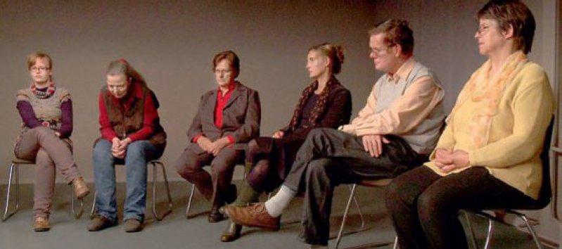 Der Film folgt der Methode des Trialogs: Betroffene, Angehörige und Fachkräfte kommen in dem Stuhlkreis zu Wort Foto: credofilm