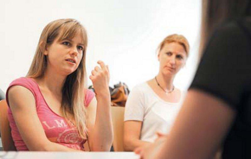 Kommunikationsübung: Eine Schauspielerin simuliert für Studierende ein Patientengespräch. Foto: picture alliance