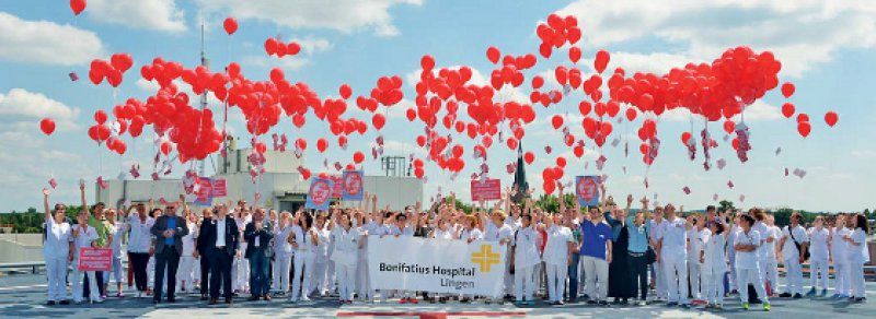 """Luftballons gegen Unterfinanzierung: Unter dem Motto """"Wir gehen in die Luft"""" demonstrierten Mitarbeiter des Bonifatius Hospitals im emsländischen Lingen am 16. Juli gegen die Krankenhausreform – ähnliche Aktionen fanden am selben Tag auch in anderen Krankenhäusern in Niedersachsen statt. Foto: Bonifatius-Hospital Lingen"""