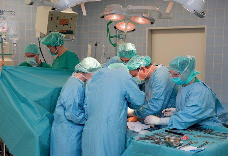 Die Einschätzung, inwieweit ein Pankreaskarzinom resektabel ist, wird stark durch die Erfahrung und Expertise des Chirurgen bestimmt. Foto: mauritius images