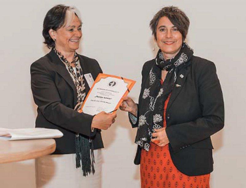 Dr. med. Christiane Groß, Präsidentin des Deutschen Ärztinnenbundes, überreicht die Auszeichnung an Monika Hauser von medica mondiale. Foto: Jochen Rolfes