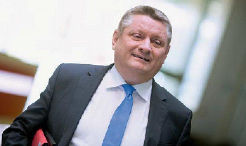 Bundesgesundheitsminister Hermann Gröhe (CDU) will die Versorgung von Flüchtlingen weniger bürokratisch gestalten. Foto: dpa