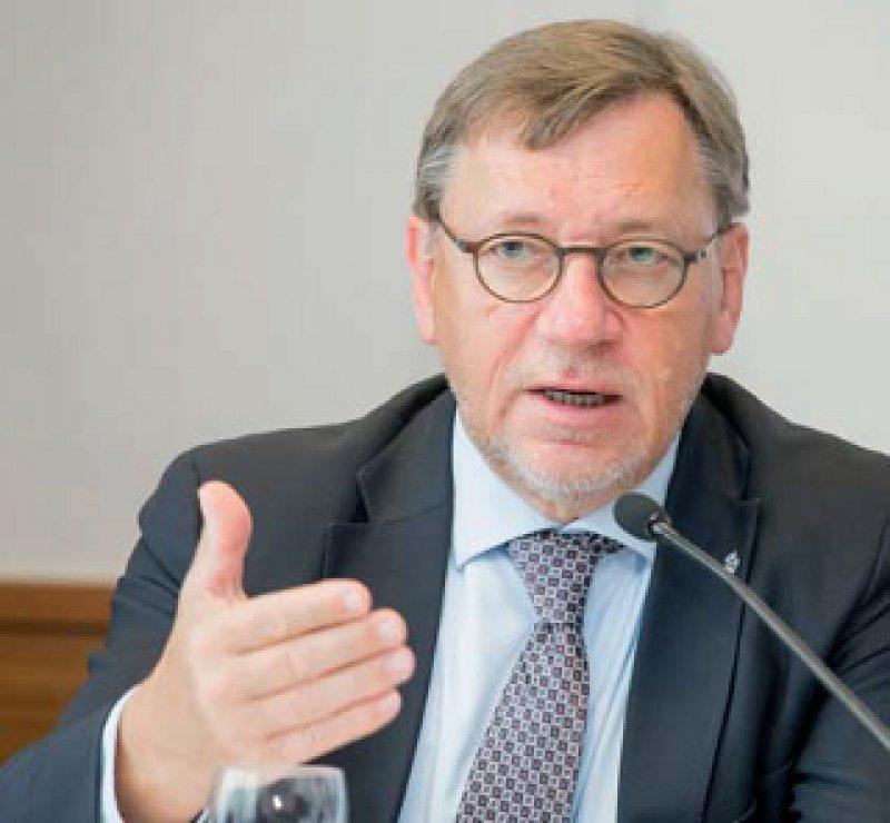 """Weiter geht's: Der alte und neue Bundesvorsitzende, Ulrich Weigeldt, will auch künftig """"für eine bessere und modernere hausärztliche Versorgung"""" kämpfen. Foto: axentis.de"""