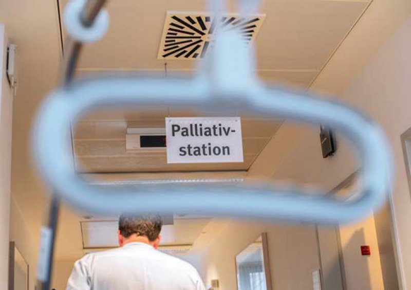 Mehr Palliativstationen in Krankenhäusern sollen finanziert werden. Doch das Wissen, wie man Sterbende richtig begleitet, wird von allen in der Klinik erwartet. Foto: epd