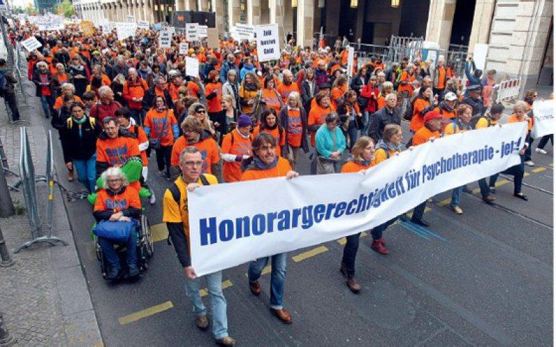 Rund 1 500 Psychotherapeuten demonstrierten Ende September in Berlin für bessere Honorare. Foto: Holger Groß