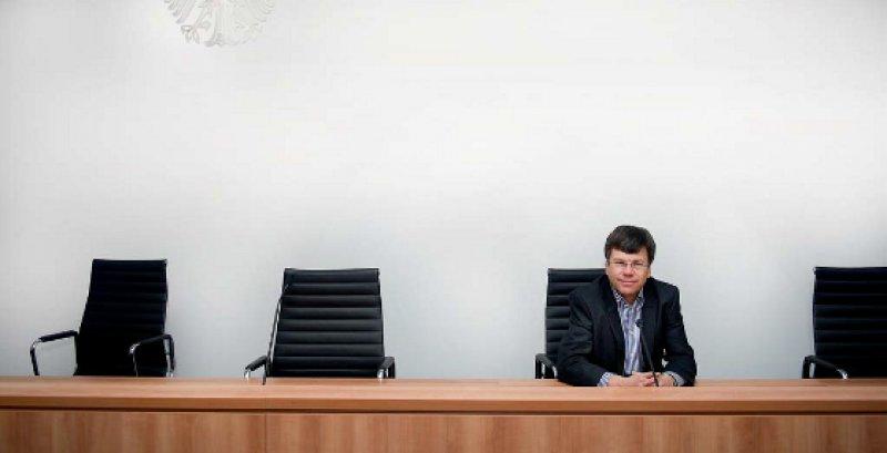 Ulrich Wenner (58) wurde im Juli 1995 zum Richter am Bundessozialgericht ernannt. Seit Juli 2008 leitet er den 6. Senat, der sich mit dem Vertragsarztrecht befasst. Seine Laufbahn begann 1985 am Sozialgericht Dortmund. Wenner ist Honorarprofessor an der Universität Frankfurt am Main. Fotos: picture alliance/Jan Haas für Deutsches Ärzteblatt