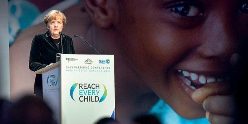 """""""Weißhelme"""" für globale Krisen im Gesundheitsbereich regte die Kanzlerin an. """"Wir brauchen schnell verfügbares medizinisches Personal: Ärzte, Pflegekräfte, die sich bereit erklären, im Krisenfall sofort einsatzfähig zu sein"""", sagte Angela Merkel bei der Gavi-Konferenz in Berlin. Foto: dpa"""