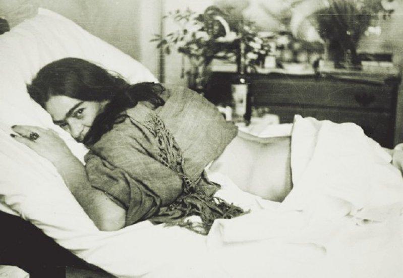 Frida auf dem Bauch liegend von Nickolas Muray, 1946. Foto: Frida Kahlo Museum