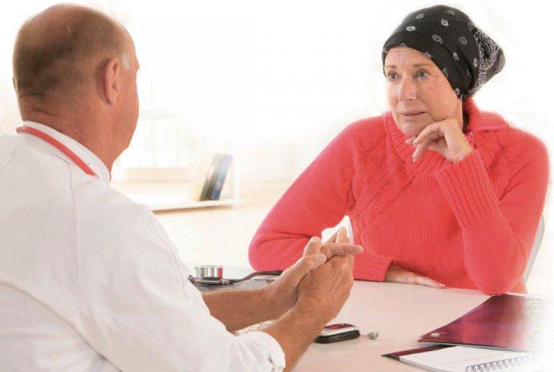 Empathie und Verständnis: Ein Arzt-Patienten-Gespräch darf sich nicht nur auf onkologische Gesichtspunkte beschränken. Foto: picture alliance