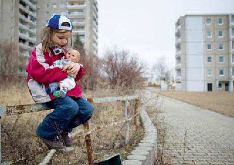 Aufwachsen im sozialen Brennpunkt: Kinder, die von Armut gefährdet sind, benötigen eine bessere Förderung. Foto: dpa