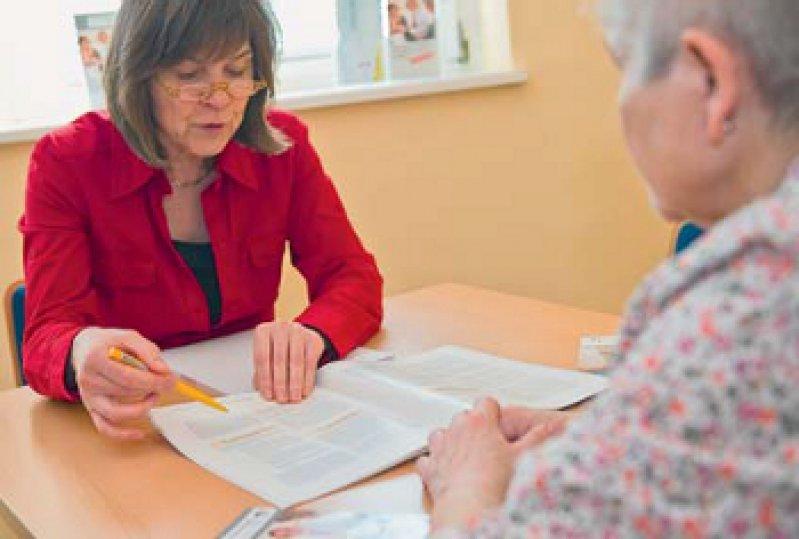 Die Beratung von Pflegebedürftigen und Angehörigen soll verbessert werden. Foto: dpa