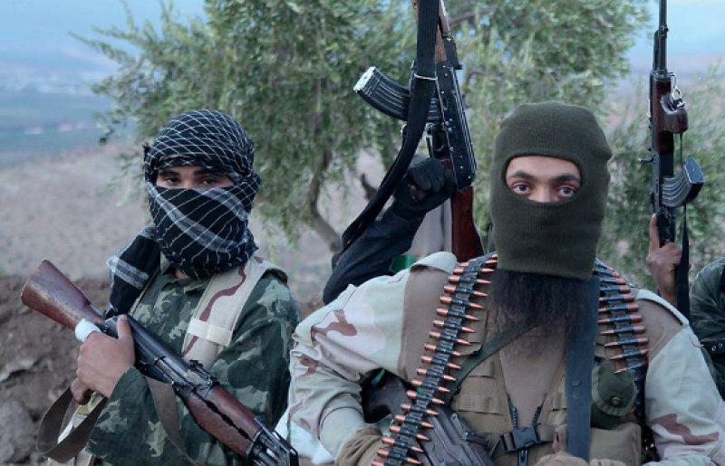 """Soldaten der Terrormiliz """"Islamischer Staat"""" im syrischen Grenzgebiet. Foto: picture alliance"""